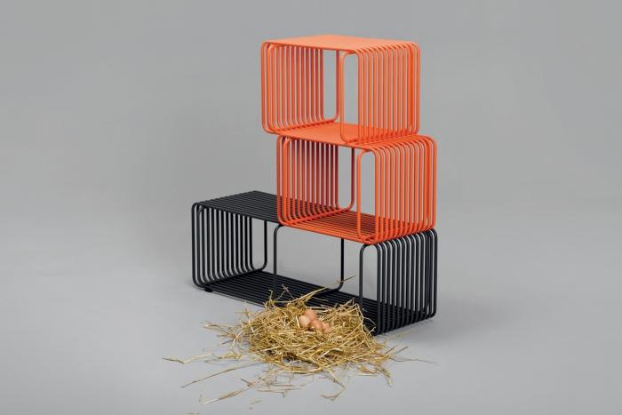 V8designers tréteaux, porto et panier - Panier est un système de rangements, à la manière de cages empilables où les lignes de tubes se mélangent pour devenir surface.