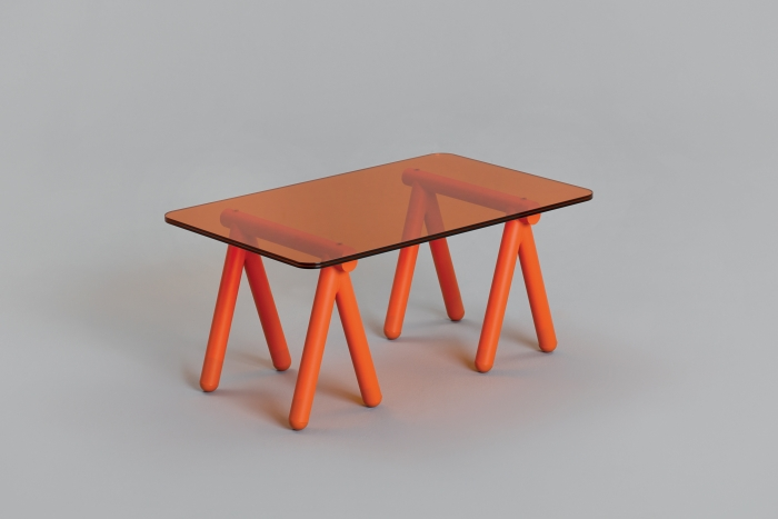 V8designers tréteaux, porto et panier - Tréteaux est une table basse rudimentaire mais tout aussi efficace qu'un établi improvisé.