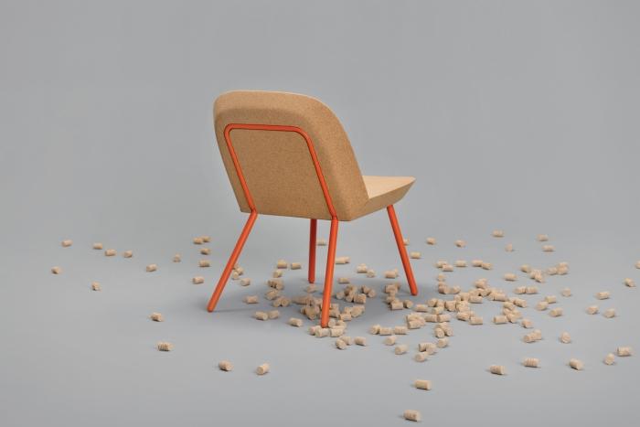 V8designers tréteaux, porto et panier - Porto est un petit fauteuil réduit à sa plus simple expression: une structure tubulaire qui accueille deux tuiles de liège identiques pour lui procurer douceur et chaleur.