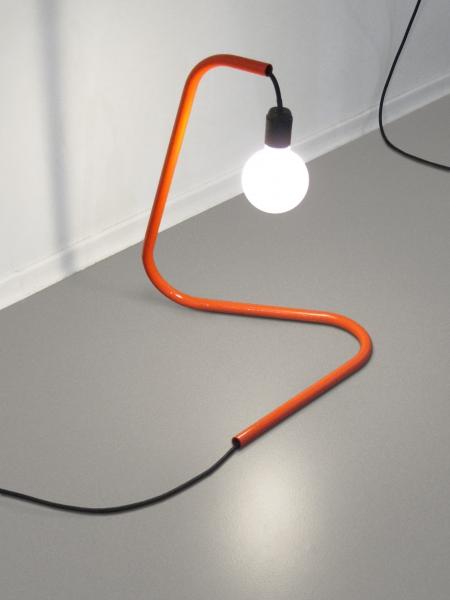 V8designers min - Min, lampe à poser, tube aluminium laqué.