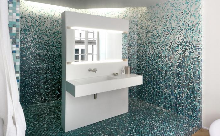 V8designers le 11 - Meuble de salle de bain au dos duquel se déploie la douche